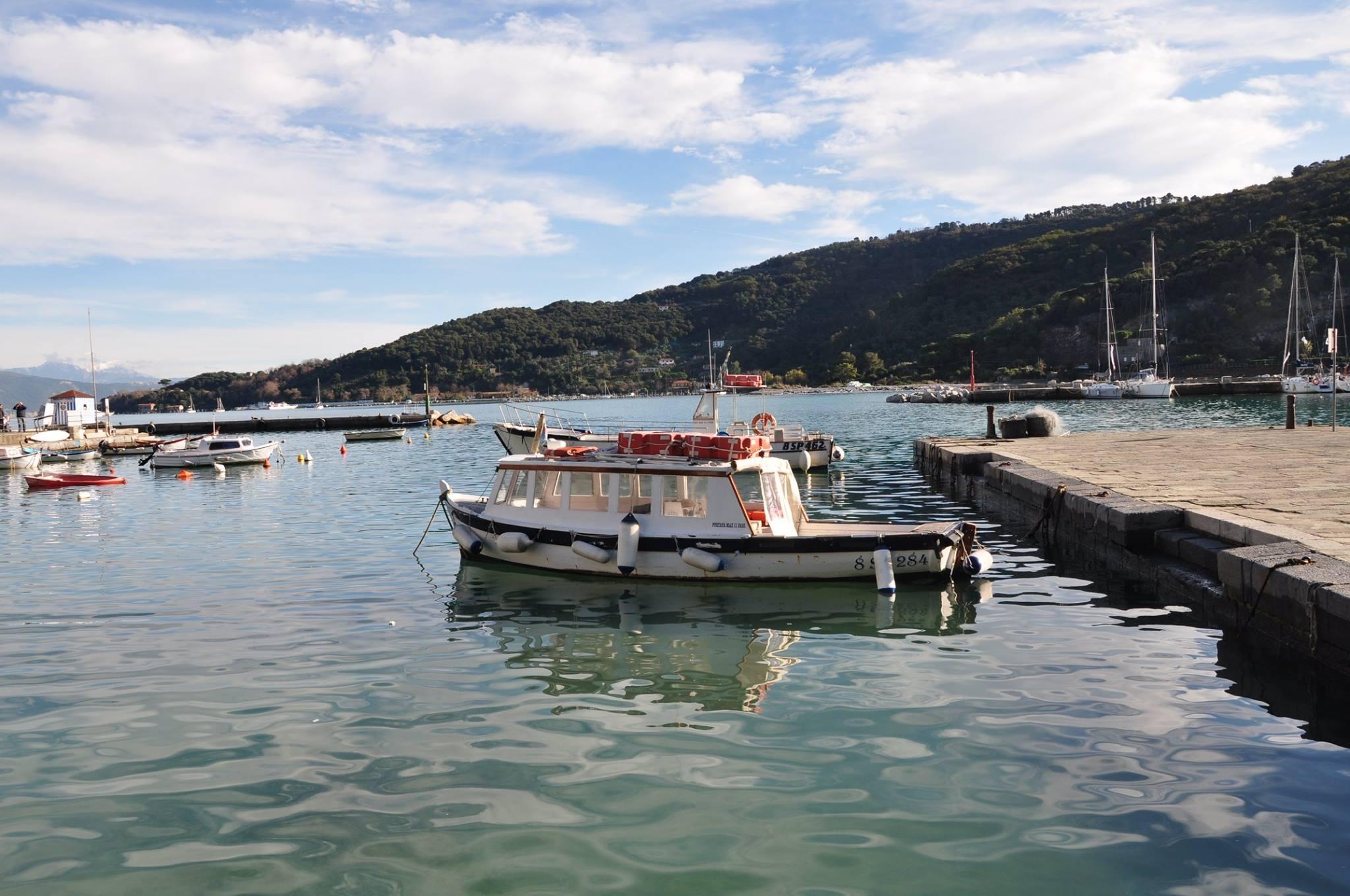 قارب يستريح في بورتوفينو في الشمال الإيطالي