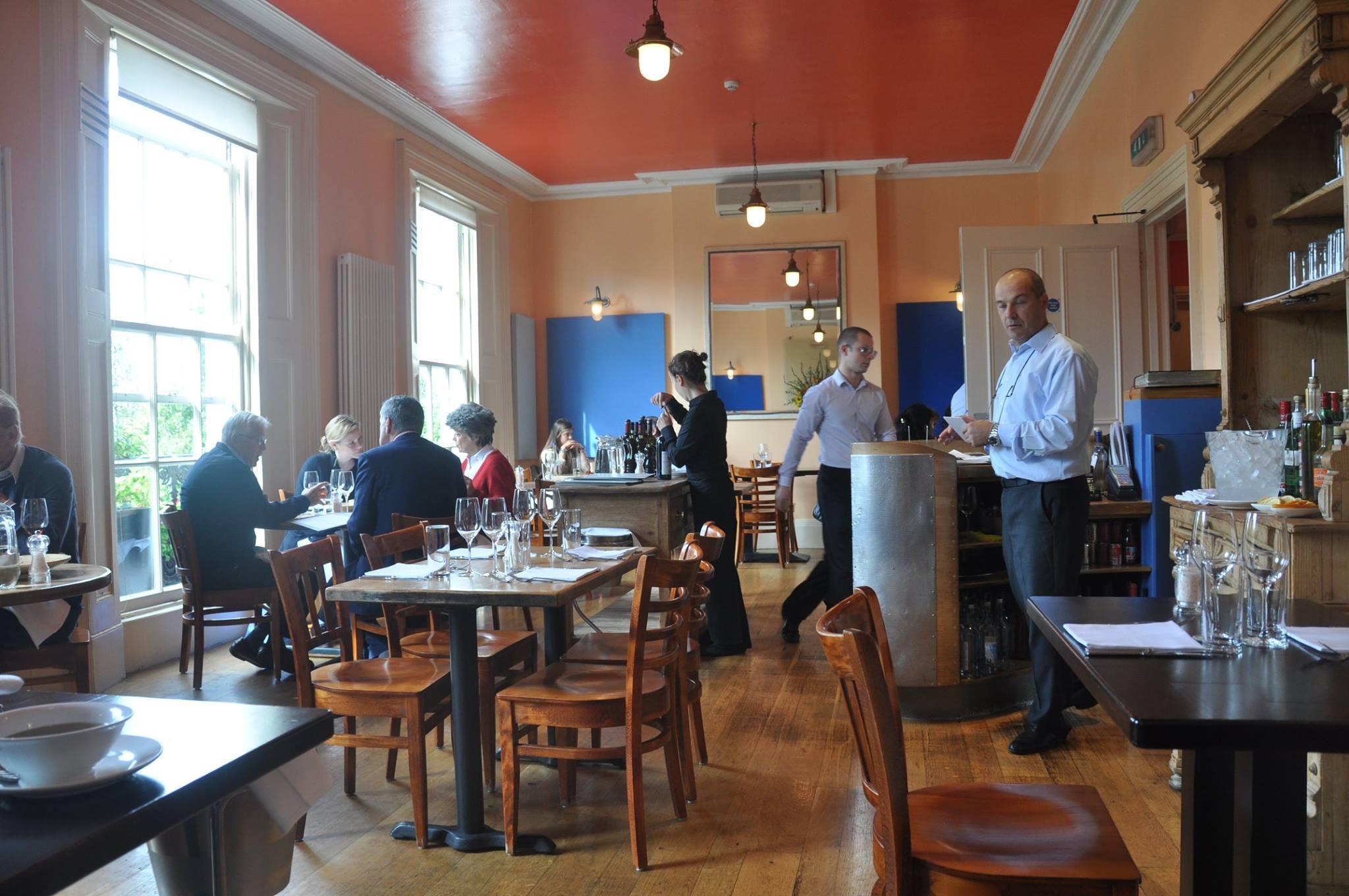 بييترو النادل وشريك الطاهي نينو في مطعم أسّاجي في لندن